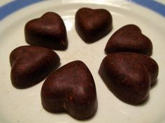 Shape & Cake: Mustikka-hasselpähkinä raakasuklaa Raw Chocolate, Shapes, Cookies, Fruit, Cake, Sweet, Desserts, Food, Crack Crackers