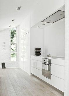cuisine sol en parquet chene massif clair, meubles blancs, idee deco cuisine blanche