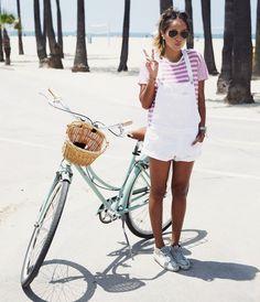 Un brin plus girly que son homologue destroy, la salopette en jean blanche a tout bon ! (blog Sincerely Jules)
