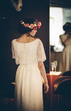 Simplicidade e lindeza neste vestido e coroa de flores.