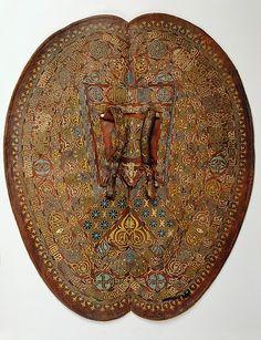 Adarga nazarí, lujosamente decorada en su cara interna,  conservada en un museo de Viena.