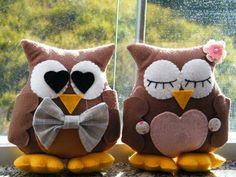 Casal de corujinhas Sewing Crafts, Sewing Projects, Owl Cushion, Pillow Pals, Crochet Owls, Owl Eyes, Baby Baskets, Owl Crafts, Felt Birds