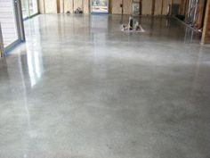 Não dá para contestar a popularidade do piso de concreto. Essa opção é a mais comum e segue uma forte tendência por aqui em muitos ambientes, dos internos (casas, lojas, apartamentos, galerias) até externos