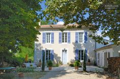 A Bastide in the Luberon, Provence - Casas en alquiler en Grambois, Provenza-Alpes-Costa Azul, Francia French Cottage, French Country House, French Country Decorating, Cottage Style, Aix En Provence, Provence France, Luberon Provence, Renting A House, Ideal Home