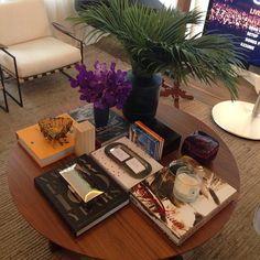 Bom diaaaaaa minhas queridas!!!! 💛 Ambiente da Casa Cor SP que serve como uma super inspiração para arrumar a mesa de centro da sala! 🏡 Livros, pequenos vasos e velas são sempre ótimas opções que dão charme e um colorido chique para o ambiente. Eu ameiiiii essa combinação!!! 👏🔝👍 #inspiracao #saladeestar #caseirices #decoracao #arrumandoacasa #boasideias #charme #flores #livros #sweethome #casacorsp #recemcasada