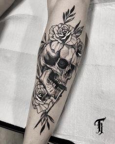 """O estilo """"Blackwork"""" na tatuagem brasileira - Emo Tattoos, Skull Rose Tattoos, Skull Sleeve Tattoos, Rose Tattoos For Men, Flame Tattoos, Forearm Tattoos, Body Art Tattoos, Tatoos, Tatuagem Uv"""