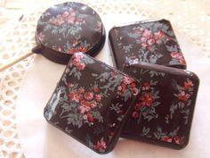 Piruletas y bombones de chocolate con florecitas. Ver receta: http://www.mis-recetas.org/recetas/show/37223-piruletas-y-bombones-de-chocolate-con-florecitas