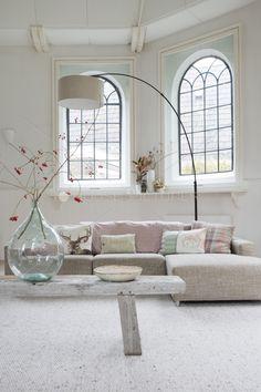 Wauw wauw! Net een kapelletje ofzo. Supermooi! Die lamp + vaas + pastel sofa…