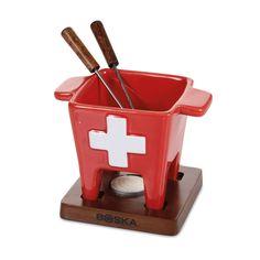 """Ob Klassisch mit aromatischem Käse, süß mit Schokolade oder herzhaft mit Brühe: Das Fondue bietet tolle Variationen und der Fonduetopf """"Schweiz"""" ist genau das richtige Requisit, um alle Arten nach Herzenslust auszuprobieren. Schenken Sie Ihren Lieben ein wenig Schweizer Lebensart im kompakten Format – eine hübsche Idee für alle Fondueliebhaber und Schweiz-Fans!"""