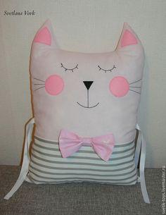 Предлагаю вам сшить бортик в детскую кроватку в форме кота. Он не только украсит детскую и создаст уют, но и обезопасит малыша в кроватке. Для работы потребуются: - швейная машина; - выкройка; - хлопок двух цветов и небольшой отрез для бантика; - фетр для носика и щёчек; - холлофайбер; - нитки; - булавки; - иголка; - 1 метр репсовой или атласной ленты (1,2 см или 2,5 см); - карандаш, мел или исчезающий маркер; - ножницы; - линейка.