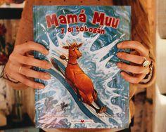 Mamá Muu no puede dejar de soñar con una nueva aventura: tirarse por un tobogán y caer al agua. Cuervo intenta disuadirla, pero como siempre no lo consigue.