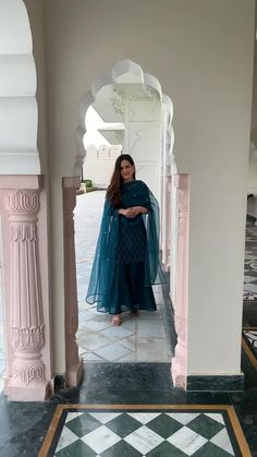 Party Wear Indian Dresses, Pakistani Fashion Party Wear, Designer Party Wear Dresses, Indian Gowns Dresses, Indian Bridal Outfits, Kurti Designs Party Wear, Dress Indian Style, Indian Fashion Dresses, Fancy Dress Design