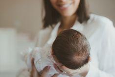 Book newborn em Curitiba. O ensaio lifestyle de rescém nascido mostra a essência dos retratados em fotos em casa. Newborn lifestyle Curitiba.