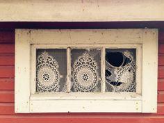 Abandoned mökki window