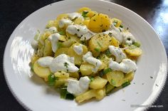 Salata de cartofi cu ceapa si iaurt, cu marar si lamaie O salata sanatoasa si gustoasa pe care am facut-o cu cartofi noi si ceapa verde si care a insotit o