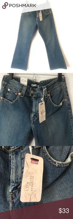 🌙NEW LEVIS 12 PETITE JEANS LOW RISE FLARE DENIM🌙 🌙NEW LEVIS 12 PETITE JEANS LOW RISE FLARE DENIM🌙   🌙SIZE 12 PETITE LEVIS NEW WITH TAGS MEDIUM BLUE🌙    🌙POCKETS WITH BUTTONS AND COPPER RIVETS🌙           🌙BRAND NEW WITH TAGS $44.00 plus tax🌙 PRICE IS FIRM Levi's Jeans Flare & Wide Leg