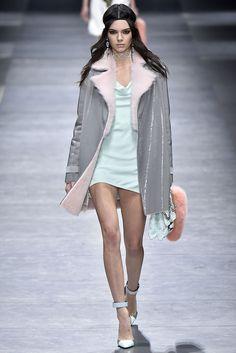 Sul catwalk di Versace Kendall scopre le gambe affusolate. Il prossimo inverno andranno i toni pastello, è ufficiale! Da Versace ha sfilato anche Gigi Hadid.  -cosmopolitan.it