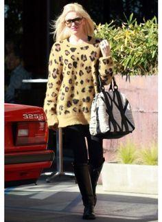 GWEN STEFANI  LOOK DE STAR POP  Pour un dejeuner en famille, Gwen Stefani rayonne de bonheur dans son pull imprimé léopard !