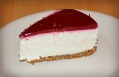 Dutch cheesecake with raspberry coulis gel and speculaas cookie crust Fall Desserts, Cookie Desserts, Cheesecake Speculoos, Tummy Yummy, Good Food, Yummy Food, Yogurt Cake, Weird Food, Pie Cake