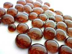 bolinhas de vidro - utilizados para confecção de Mosaicos ,Bijuterias e/ou outras aplicações decorativas e artesanais  Pacotes de 50 G - sem furo/para colagem  MARROM