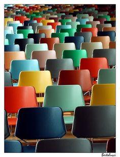 Binnenkant : Kleurijk met simpele stoelen is gewoon leuker!