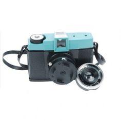 """DIANA+    Macchina fotografica analogica, con obiettivo in plastica LOMO. Un cuore di plastica, un'anima analogica, un grandioso passato e un brillante futuro: tutto questo è """"DIANA plus"""".  Prezzo: 42 euro"""