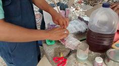 Hilario aplicando la resina y la fibra de vidrio para elaboración de molde de uno de los personajes.