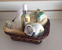 Jabón exfoliante de menta con cepillo facial, crema corporal y loción corporal de coco; todo lo que necesitas para una relajación e hidratación en una canasta.