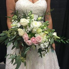 When the most simple flowers become a spectacular bouquet #rbdbride #southernwedding #weddingbouquet #designer #floraldesigner @weddingfestivals