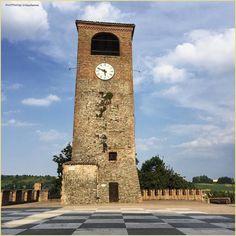 #ScaccoMatto. La #PicOfTheDay #turismoer di oggi gioca nella piazza vuota di #CastelvetrodiModena in un caldo pomeriggio di luglio. Complimenti e grazie a @claudiames / #Checkmate. Today's #PicOfTheDay #turismoer is playing in a hot afternoon in #Castelvetro di #Modena empty square. Congrats and thanks to @claudiames