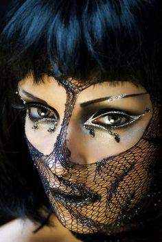 Beautiful and Creative Eyeliner designs is a collection of fashion photography that showcases some very innovative designs in Eyeliner make up to inspire. Sfx Makeup, Costume Makeup, Makeup Art, Hair Makeup, Medusa Makeup, Eyeliner Designs, Maquillage Halloween, Halloween Face Makeup, Fantasy Make Up