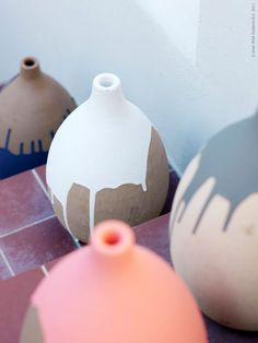 drip pottery - DIY, take an ikea Havtorn vase and drip paint Do It Yourself Quotes, Do It Yourself Baby, Ikea Vases, Vases Decor, Diy And Crafts, Arts And Crafts, Keramik Design, Decoration Plante, Creation Deco