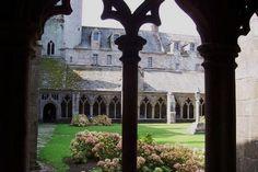 Le cloître de la cathédrale. à Tréguier (22) Tréguier patrie de Saint Yves et de Renan. Accolé à la cathédrale St Tugdual, ce cloître date du XVème siècle avec ses 48 arcades.