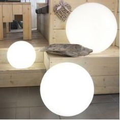 Shining Globe indoor and outdoor Led universal lamp with color changer ø 40 8 Seasons Design - Modern Diy Furniture Couch, Diy Outdoor Furniture, Garden Furniture, Deco Led, Color Changer, Lampe Decoration, Globe Lamps, Design Jardin, Solar Led