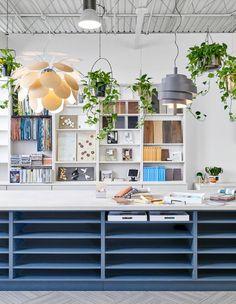 Design Studio Office, Art Studio Design, Workspace Design, Small Office Design, Studio Apt, Design Studios, Small Studio, Showroom Interior Design, Interior Design Resources