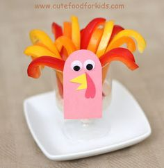 Cute Food For Kids?: Veggie Dip In A Turkey Cup For Thanksgiving.it sure would piss Katie off if this were the snack I brought to her school the week of Thanksgiving, lol! Edible Crafts, Food Crafts, Family Crafts, Crafts For Kids, Turkey Cup, Veggie Cups, Thanksgiving Snacks, Thanksgiving Turkey, Turkey Craft