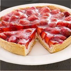 """Erdbeerkuchen mit Quark – Rezept Strawberry cake with cottage cheese – """"Strawberry cake with cottage cheese is a tasty alternative to the high-calorie version with cream. In the recipe we show you step by step how to succeed. Quark Recipes, Pie Recipes, Sweet Recipes, Dessert Recipes, Cooking Recipes, Healthy Recipes, Sweet Desserts, Delicious Desserts, Yummy Food"""