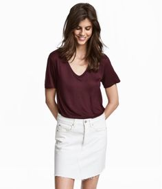 Plum. Loose-fit top in jersey with a V-neck at front. Short sleeves.