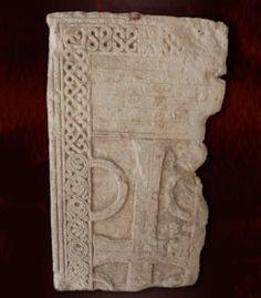 Décor végétal et motifs géométriques, couvercle de sarcophage mérovingien, Musée de Saintes - CHILPERIC 1° 2)BIOGRAPHIE. 2.5 MARIAGE AVEC GALSWINTHE 2.2.5.6 ELEGIE DE FORTUNAT, 5: Le poème insinue qu'il y a eu meurtre, en expliquant que la mort de QALSWINTHE met en pleurs la cour toute entière, sauf son mari, et que la nourrice de Galswinthe se pose la question de savoir comment repartir en Espagne pour en informer GOSWINTHE, laissant penser que la nourrice est prisonnière.