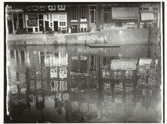 Spiegeling van grachtenhuizen in het water in Amsterdam, George Hendrik Breitner, Harm Botman, c. 1890 - c. 1910