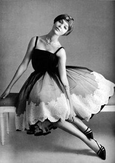 1957 - Christian Dior Dress - L'Officiel De La Mode - Glamour Vintage, Dior Vintage, Vintage Mode, Moda Vintage, Vintage Couture, Vintage Beauty, Vintage Dresses, Vintage Outfits, Vintage Clothing