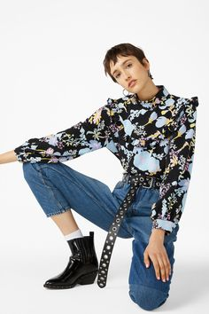 <p>An oversized high neck blouse with ruffles and a rounded hem. Printed to perfection. You're welcome!<br />This style is online exclusive.</p><p>In
