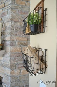 Farmhouse Style: How to Decorate with Wire Baskets.I love the look of the wire baskets! Farmhouse Wall Decor, Farmhouse Homes, Farmhouse Design, Country Decor, Farmhouse Style, Modern Farmhouse, Farmhouse Ideas, Farmhouse Bed, City Farmhouse