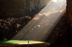 Considérée comme la plus vaste galerie souterraine au monde, la grotte Hang Son Dong, vieille de deux à cinq millions d'années, pourrait abriter un quartier d'immeubles de 40 étages. Elle se trouve dans le parc national de Phong Nha-Ke Bang, au Vietnam.