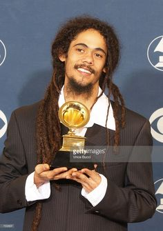 Musician Damian Marley hold his award for Best Reggae Album backstage during the Annual Grammy Awards at Staples Center February 2002 in Los Angeles, CA. Damian Marley, Jamaica Country, Marley Brothers, Bob Marley Legend, Marley Family, Reggae Artists, Jasmine Sanders, Staples Center, Country Blue