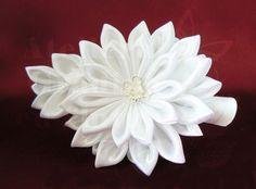 Crizantema din satin alb – vedere din față | Crizanteme kanzashi pentru mirese - Atelierul Grădina cu fluturiAtelierul Grădina cu fluturi