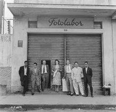 Funcionários em frente à sede da Fotolabor, editora de cartões-postais, sem registro de data. (Foto: Werner Haberkorn/Fotolabor)