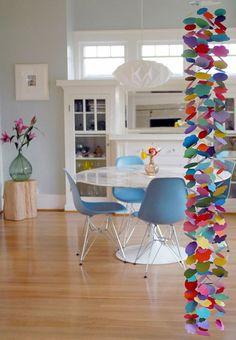Fazer um móbile com papel pode ser uma terapia para o estresse do final de ano. E, depois, ele pode ser a sua árvore de natal, como essa sugestão do blog Copy & Paste.