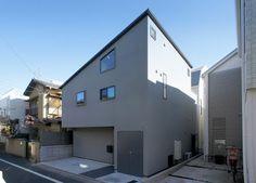 敷地面積79m2、建築面積47m2、延床面積87m2。木造2階建て。 外観は主張せず、周辺環境に馴染むようなグレー。  japan-architects.com