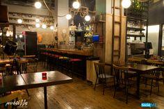 Σε τραπέζι, ή στο μπαρ; Όπου και αν διαλέξετε να καθίσετε κατά την επίσκεψή σας στη Μυστίλλη, το service μας είναι πάντα το ίδιο – γρήγορο, άψογο και φιλικό!